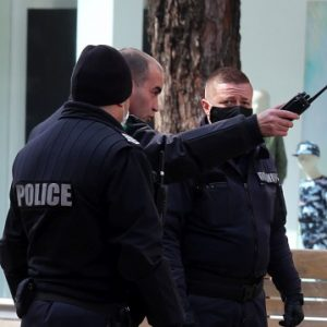 Двама младежи са задържани за нарушаване на карантината