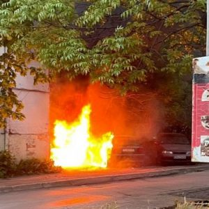 Две коли изгоряха в жк