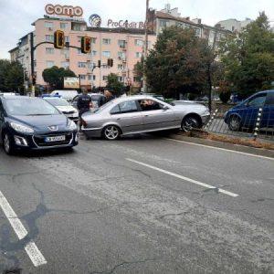 Катастрофа затруднява движението по бул.