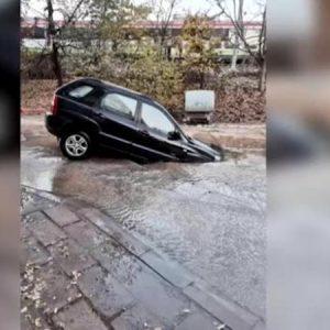 Кола пропадна в огромна яма на път в Пловдив
