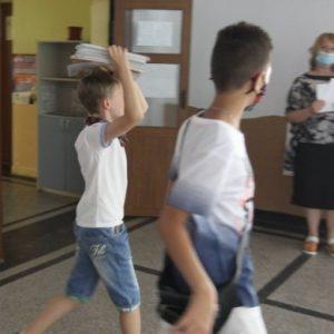 МОН: Ще има дежурни учители, докато родители приберат децата си