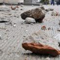 Мъж мята тухли по деца от блок във Велико Търново