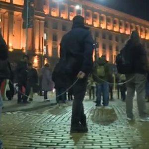 Протестиращите в София се вързаха с въжета и вериги