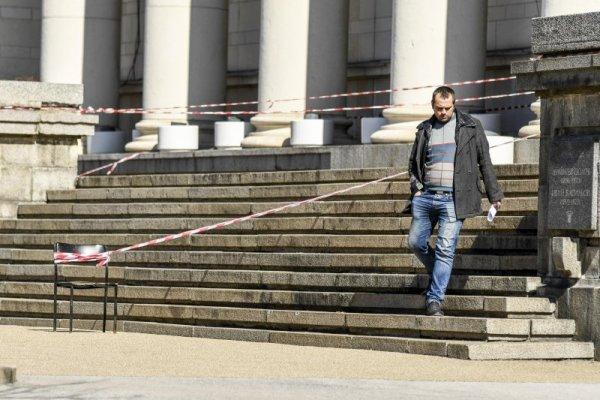 Буквална разруха: Парче от Библиотеката се откърти