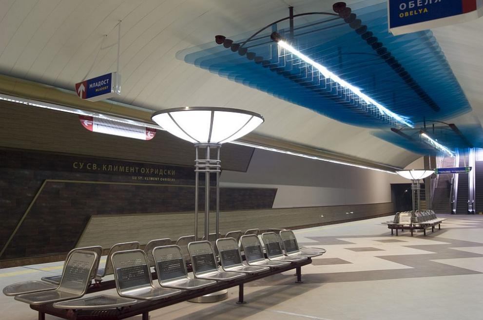 Изоставена пазарска чанта изпразни метростанция СУ, жена дойде и си я прибра