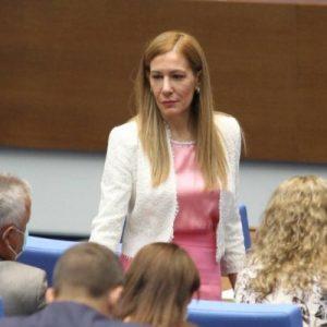Усмихната и доволна Ангелкова седна на депутатската банка